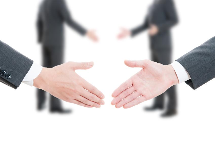 ビジネスマン同士の握手,白背景